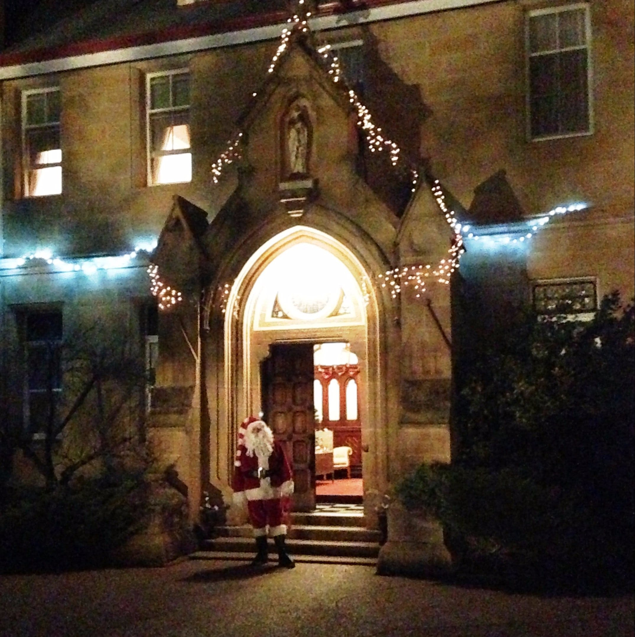 Abbey of the Roses - Christmas in July - Accommodation Noosa
