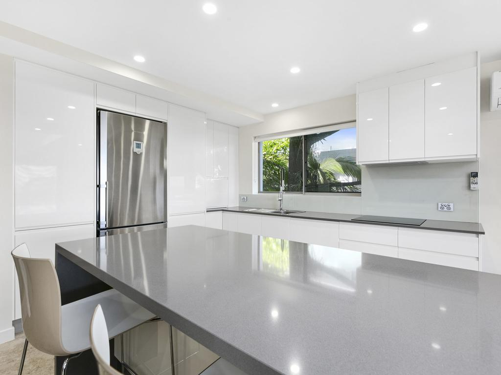 Exquisite Penthouse With Views To Laguna Bay - Unit 3 Taralla 18 Edgar Bennett Avenue - Accommodation Noosa